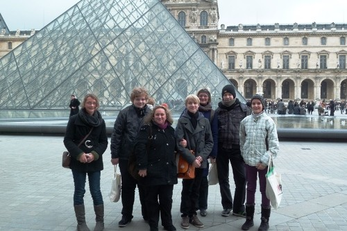 Gruppe vor dem Louvre in Paris